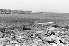 Inishmore 06 (Ian Atrus Gazzotti  iangazzotti.com) Tags: ocean ireland sea blackandwhite bw rock analog 35mm island islands nikon rocky bn shore aran biancoenero inishmore irlanda inismor isola nikonf70 f70 isole