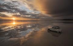 No hay límites ............. (T.I.T.A.) Tags: atardecer citroen playa arena coche 2cv puestadesol ocaso bajamar reflejos doscaballos alanzada playadelalanzada lalanzada unpaseoporlasnubes citroendoscaballos
