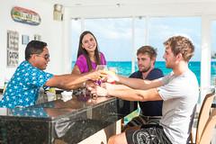Barman y Amigos en el Hotel Baha Sardina (hotelbahiasardina) Tags: amigos hotel colombia playa co barman asientos caribe sanandres brindis sanandrs hospedaje sanandrsyprovidencia hoteleria sanandresyprovidencia spratbight hoteldeplaya bahiasardina hotelbahiasardina grupowelcome