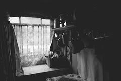 utensilios e janela (Ismael Alencar) Tags: trees horse nature water kitchen monochrome de landscape waterfall agua natureza flor pb arvores mallet cavalo pretoebranco mata chacara cozinha utenslios maracuj domsticos razes panelas monocromatico brasilpb interordoparana