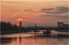 Sunset in Bremen (Elanor82) Tags: bridge sunset sky sun sunlight reflection clouds canon river germany deutschland eos twilight tramonto nuvole fiume ponte cielo bremen weser riflessi germania hansestadt crepuscolo brema 700d