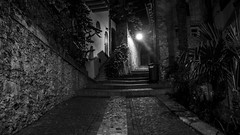follow_the_light (AnteKante) Tags: road street italien light italy white black night lago licht garda italia nacht di schwarz weg noc cesta gardasee weis ulica svijetlo crno bijelo strase