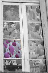Un peu de couleur dans l'air (By Saib) Tags: windows blackandwhite black noir noiretblanc baloon ballon fentre d90 saib vantana