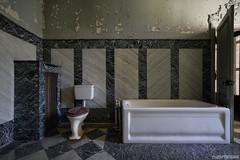 . ein bad in unschuld (Ruinenstaat) Tags: lost bathroom bad urbanexploration bathtub badewanne urbanexploring urbex badezimmer lostplace inruins oncewashome chateaulumiere platzderaltensteine ruinenstaat tumraneedi