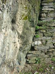 Fels - Trockenmauer (Jrg Paul Kaspari) Tags: formation link fels mrz mosel frhling verbindung moselle schiefer trittenheim spalte kulturlandschaft trockenmauer trittenheimerapotheke trittenheimer natursteinmauer schieferfelsen weinbergsmauer schiefertrockenmauer formationswechsel
