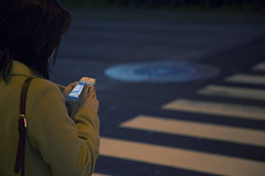 Tokyo 3921 (tokyoform) Tags: street chris girl mobile japan night canon dark japanese tokyo calle shinjuku asia phone device smartphone   japo tablet japon giappone  app tokio 6d jepang japn  strase  jongkind   chrisjongkind tokyoform
