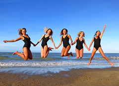 New Year's Dive 2016 (Frans Schmit) Tags: girls beach jump scheveningen models beauties beachgirls meisjes happynewyear younggirls springen unox youngmodels blackswimsuit girlsatthebeach girlsinaction jumpinggirls fransschmit zwartbadpak newyearsdive2016 nieuwjaarsduik2016