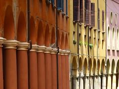 Calles de Bolonia (John LaMotte) Tags: windows window ventana italia ventanas bologna janela fachada arco bolonia janelas columna infinitexposure