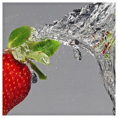 strawberry splash (primo piano) Tags: water fruit strawberry splash acqua fragola