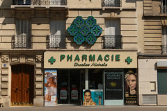 Place Charles Michels - Paris (France) (Meteorry) Tags: paris france green sign facade europe neon ledefrance august vert pharmacie faade idf croix beaugrenelle 2015 meteorry charlesmichels paris15earrondissement placebeaugrenelle placecharlesmichels ruelinois avenuemilezola