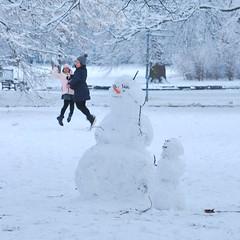 winterfest / Winter-Fest (Scilla sinensis) Tags: snow man jump daughter mother schneemann festligt schneefrau fotosondag fs160117
