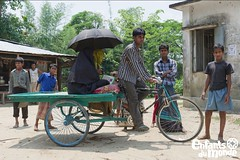 Bangladesh (Enfants du Monde) Tags: woman women asia asien femme transport health asie frau rickshaw emergency verkehr edm bangladesh sant femmes urgence frauen gesundheit rikscha transportmittel enfantsdumonde meanoftransport bangladesch moyendetransport verkehrmittel