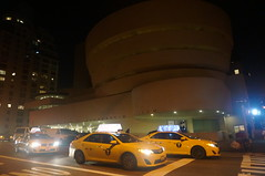 Guggenheim Taxis (Takhte-Sarah) Tags: newyorkcity newyork museum manhattan guggenheim metmuseum newyorkarchitecture