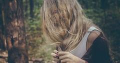 """Einen Zopf flechten. Die Frau flicht sich einen Zopf. Die Frauen flechten sich Zöpfe. • <a style=""""font-size:0.8em;"""" href=""""http://www.flickr.com/photos/42554185@N00/25382214794/"""" target=""""_blank"""">View on Flickr</a>"""