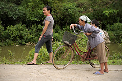 Smiling women of the Tay minority in a village near H Giang - Vietnam (PascalBo) Tags: people woman smile bike bicycle outdoors nikon asia southeastasia vietnamese outdoor femme vietnam cycle asie bicyclette sourire vlo hilltribe d300 vitnam vitnam hagiang ethnie ethnicgroup asiedusudest hgiang pascalboegli