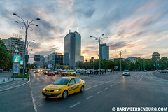 Bucharest rush hour (Bart Weerdenburg) Tags: taxi streetphotography rushhour avond bucharest victorysquare avondlicht spits boekarest straatfotografie victorei
