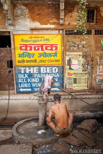 Uliczna kąpiel w Waranasi