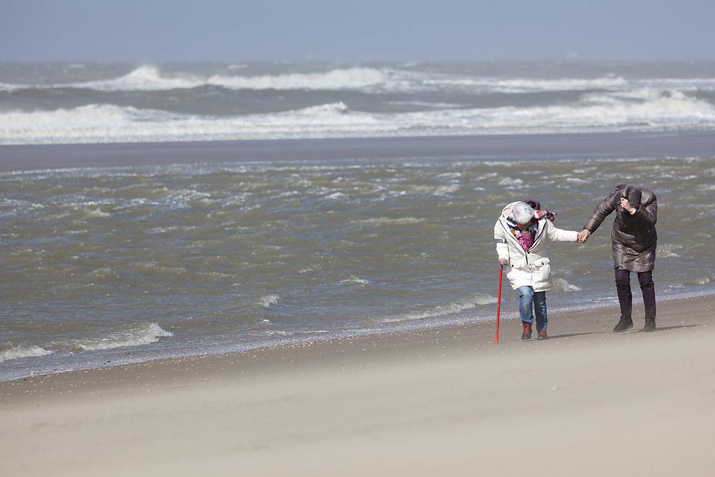 Evacuatie boorplatform gazprom tijdens hevige storm in noordelijke