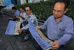 ประชาธิปไตยใหม่แจกหนังสือพิมพ์ก้าวข้ามที่สถานีรถไฟหัวลำโพง