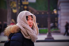 Vent d'Est, vent d'Ouest (dominiquita52) Tags: woman wool scarf asian tricot mujer knitting femme champs streetphotography asiatique laine echarpe