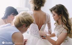 swietliste-fotografujemy-emocje-przygotowania-slubne-Torun-ubieranie-sukni-panny-mlodej