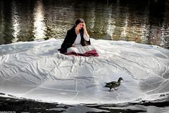 The Lady And The Duck (Emil de Jong - Kijklens) Tags: performance alkmaar eend voorstelling zang zangeres artiest waagplein lottebovi kijkenkijkenkopen voorgracht