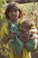 Tribal  Baiga girl with baby (wietsej) Tags: baby girl zeiss sony tribal hills 135 18 a100 chhattisgarh sal135f18z baiga wmaikal indiaith