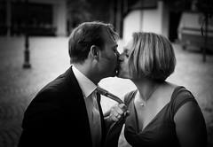 komm her jetzt . . . (Redfinn-Photoart) Tags: blackandwhite loving al kiss couple availablelight paar monochrom bnw liebe kuss day174 liebende schwarzweis 365days 365tage paarshooting a6000 tag174 ilce6000 365fotosorg
