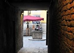 sacro e profano (conteluigi66) Tags: calle porta venezia fontana vino croce bottiglie pozzo composizione bottiglia apertura ombrellone porticina