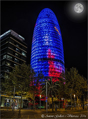 La Lluna es mira la Torre Agbar.  (Barcelona - Catalunya). (Antoni Gallart i Vilarrasa) Tags: barcelona trees moon tower night hotel noche torre arboles catalonia luna diagonal arbres catalunya catalua nit agbar d800 lluna