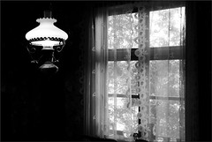 Interir (evisdotter) Tags: bw window lamp interior oldhouse curtains lampa gardiner interir ollas fnster land sooc