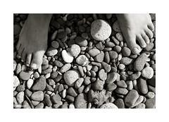 Sentir... (ngel mateo) Tags: blackandwhite blancoynegro feet beach andaluca spain stones feel playa barefoot pies andalusia almera cabodegata gravel piedras sentir lasnegras grava descalza ngelmartnmateo ngelmateo