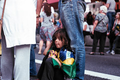 Pequena Militante (Ray Vieira) Tags: analog 50mm yashica analogica yashicafx3 f19 colorplus200 naovaitergolpe