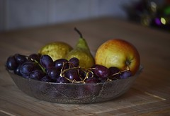 Relationship (heinrich_511) Tags: light stilllife color apple fruit heart bokeh grapes pear hl thougts glassdish