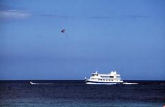 Bahamas 1988 (266) Paradise Island (Rüdiger Stehn) Tags: analog 35mm meer wasser 1988 slide dia scan insel bahamas nassau amerika 1980s landschaft schiff paradiseisland atlantik thebahamas karibik newprovidence nordamerika mittelamerika contax137md analogfilm kleinbild canoscan8800f kbfilm westindischeinseln 1980er diapositivfilm