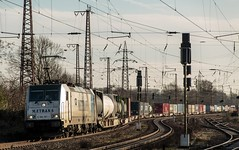 0015 2016_02_06_Recklinghausen_Ost. Rpool 6186 187 mit Container Oberhausen (ruhrpott.sprinter) Tags: railroad train germany logo deutschland diesel outdoor g natur eisenbahn rail zug db container emirates 186 200 a380 passenger graffito fret taurus ruhr ruhrgebiet freight bb 116 locomotives metropole 185 189 151 152 232 1251 lokomotive oberleitung basf 1275 0650 sprinter ruhrpott slg gter vl intermodal rof 0037 6193 rhc niag 1116 4185 rettungshubschrauber dispo 1271 prellbock 4120 mrce akiem reisezug rpool gertewagen ellok uaai trafotransport metrans recklinghausenost daherhcs