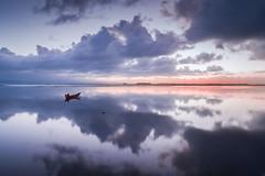 Donde el cielo y la tierra son uno... (Giacomo della Sera) Tags: clouds nubes reflejo agua water sunset puesta de sol sun reflejos azu blue rojo red barca boat paisaje landscape nature naturaleza cielo nube portugal