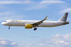 EC-MHS (Escursso) Tags: barcelona cat plane airplane airport bcn 321 airbus catalunya aeroport spotting avion plataforma avio a321 vueling a321231 lebl 25r elpratdelllobregat ecmhs vuelissimo