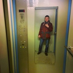 Наконец-то навесил зеркало в пятом лифте #ТСЖСпортивная8. Самое большое из всех зеркал в наших лифтах!  . . #ТСЖ #ЖКХ #ЖСК #ДСК #ЖЭК #ДЕЗ #ТСН #Себяшка #селфи