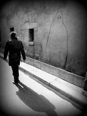 aurais tu senti la prsence d'un fantme ? (YOUGUIE) Tags: streetart paris graffiti noiretblanc ghost nb ombre peinture graff mur fantome passant fume florianmarco