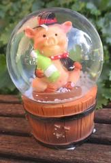 kleine Schneekugel SCHWEIN (Stepas-piglets) Tags: new schnee snow happy pig year pigs sekt silvester schwein schornsteinfeger glcksbringer schweine glck fass