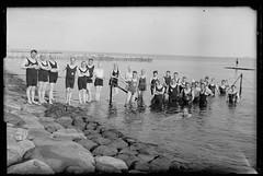 Dijk ca 1930 (Regionaal Archief Alkmaar Commons) Tags: sea water swimming zee dijk denhelder zwemmen badkleding
