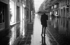 (David Gaborit) Tags: street blackandwhite blancoynegro rain calle lluvia noiretblanc pluie ilfordhp5 rue leicam3 helios10353mmf18 kodakxtol