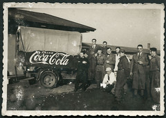 Archiv D544 Coca-Cola Vertrieb im Dritten Reich, 1930er (Hans-Michael Tappen) Tags: fashion promotion plane 1930s thirdreich cocacola mitarbeiter reklame kleidung knickerbocker schriftzug drittesreich vertrieb nazideutschland 1930er lkwanhnger archivhansmichaeltappen uniformkleidung fliegeruniformkleidung