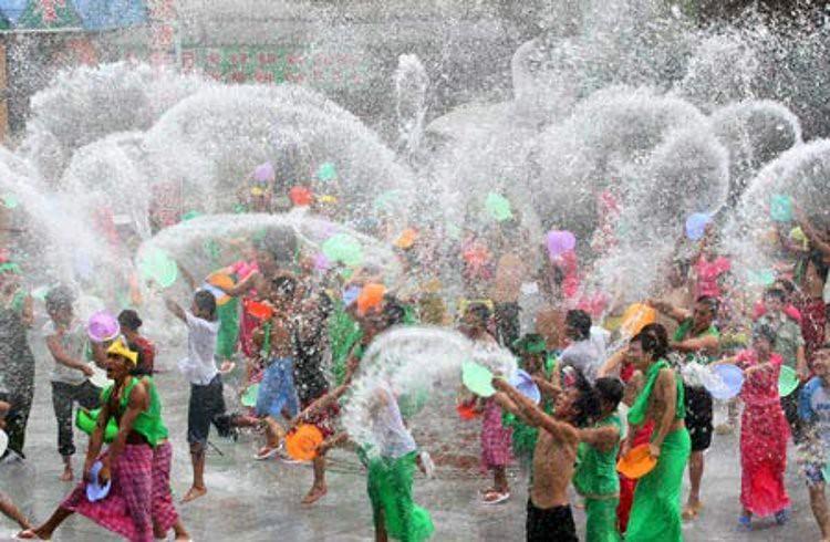 Songkran-Tailandia-empieza-año-batalla-callejera-agua
