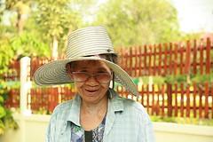 broken hat grandma (the foreign photographer - ฝรั่งถ่) Tags: grandma broken hat canon thailand kiss bangkok 63 soi bangkhen 400d phahoyolthin