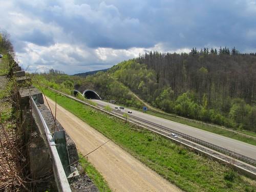 A8 alte Fahrbahnteilung am Aichelberg April 2012_017