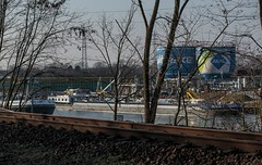 1328_2016_03_17_Gelsenkirchen_Hafen_Entladestelle_BP (ruhrpott.sprinter) Tags: railroad train germany logo de deutschland team sonnenuntergang diesel outdoor natur eisenbahn rail zug cargo nrw passenger kanal alpha bp rts hafen brücke fret gelsenkirchen ruhrgebiet freight aral locomotives 155 cbr 185 189 151 152 232 lokomotive 145 1275 sprinter ruhrpott 294 2016 güter vl 0037 dpr 1216 0275 rhc niag 6186 dispo 1266 1277 6185 6189 mrce pkpc rheinherne reisezug dispolok ölhafen vossloh ellok es64f4 schienenfräsmaschine