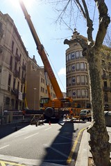 GRUA (FUTUR HOTEL AL CARRER TRAFALGAR, 26) (Yeagov_Cat) Tags: 2016 barcelona carrerdetrafalgar carrertrafalgar catalunya futurhotel hotel passatgedelesmanufactures grua liebherr