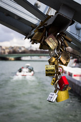 Promesas sobre el Senna (Pirata Larios) Tags: paris rio canon puente francia febrero senna sanvalentin 2015 candados carloslarios